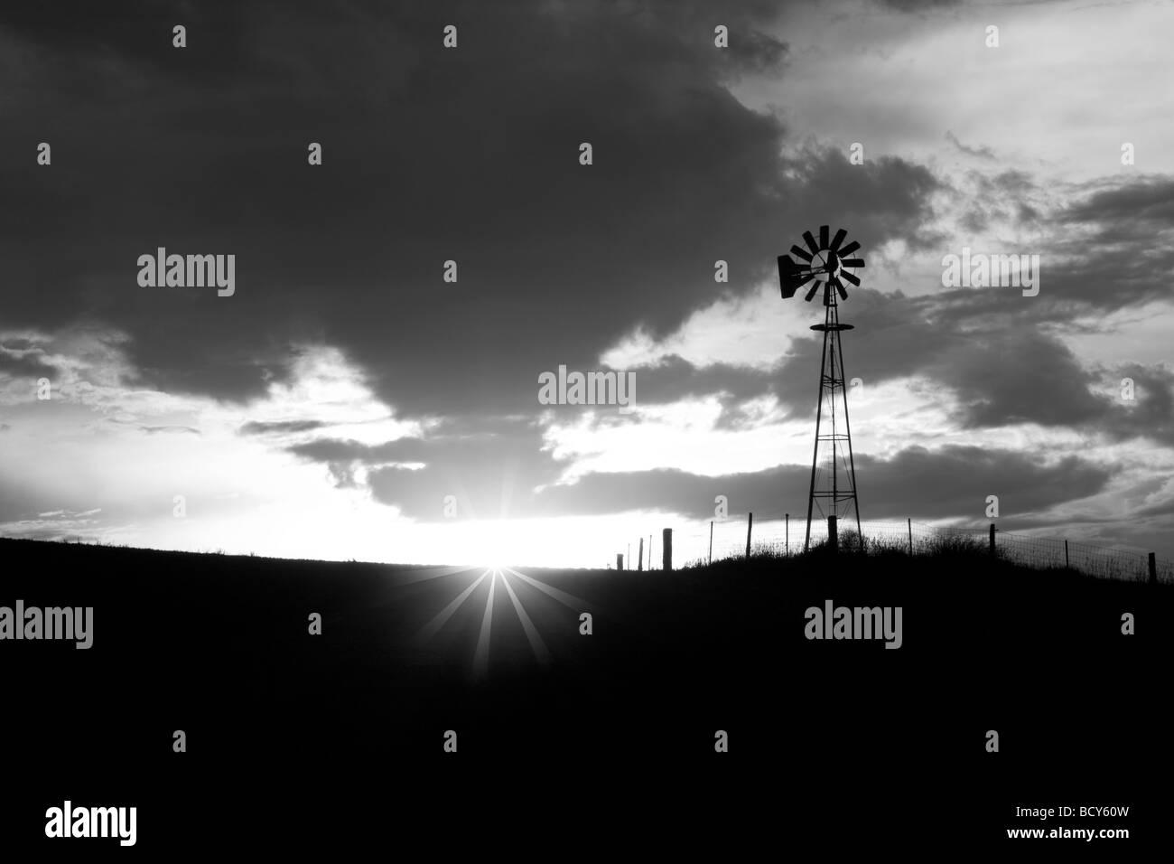 Windmühle und Gewitter im Sonnenuntergang The Palouse-Washington Stockbild