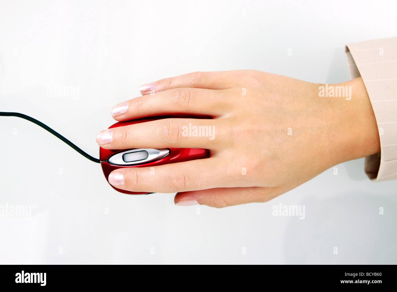Frauenhand Mit Computermaus Frau Hand mit Computer-Maus Stockbild