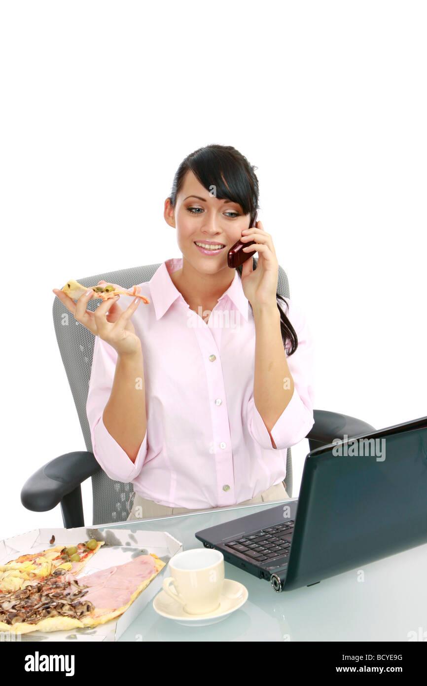 Junge Frau Isst Pizza Im Buero Geschäftsfrau Essen Pizza im Büro Stockbild