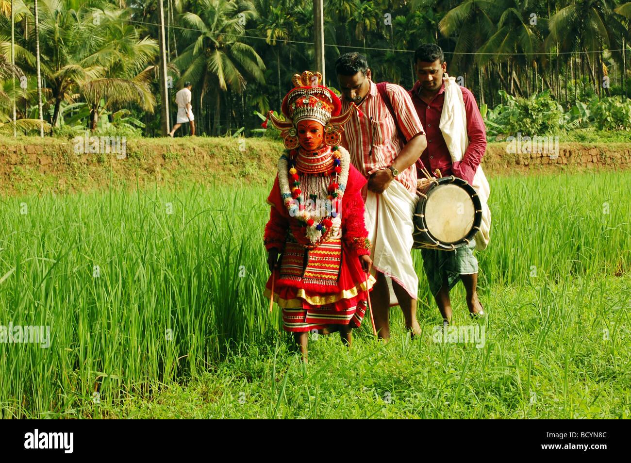 Flok Überlieferung von Kerala, ein kleiner Junge in Theyyam Kostüm Stockbild