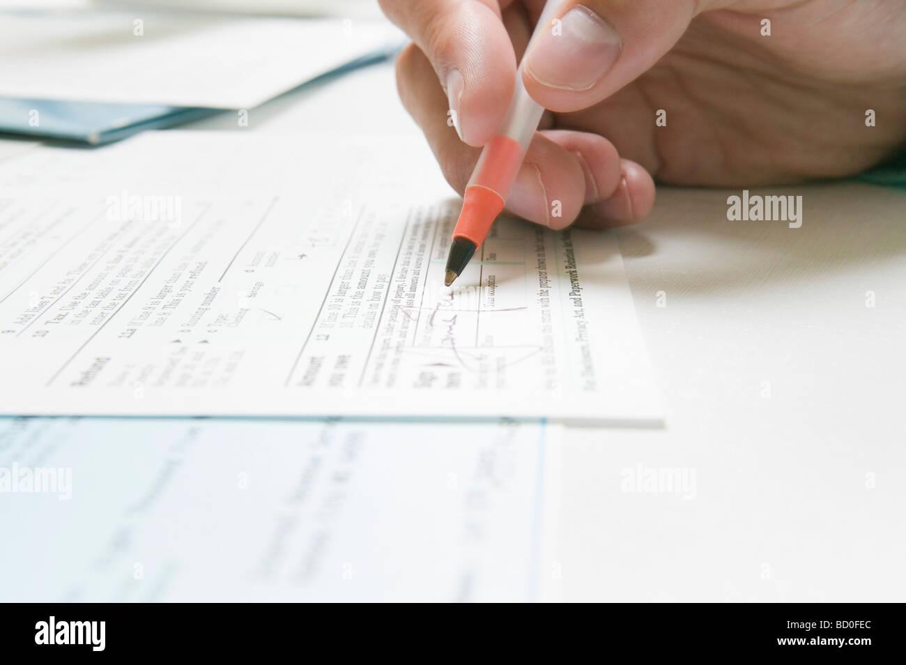 Unterzeichnung eines IRS Steuerformular Stockbild