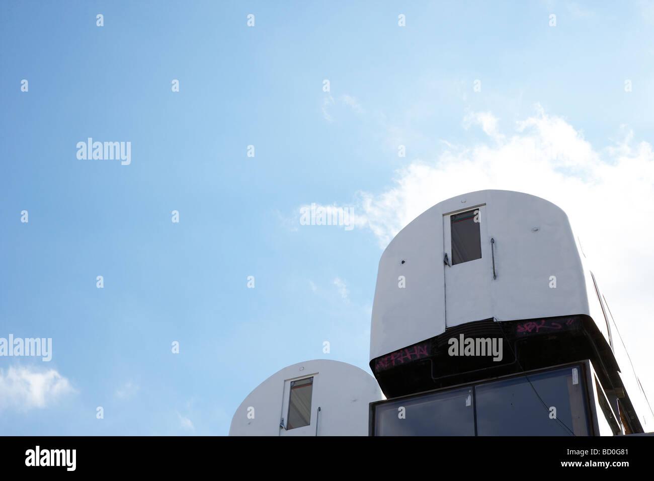 Rohr-Kutschen, balanciert auf dem Dach eines Gebäudes Stockbild