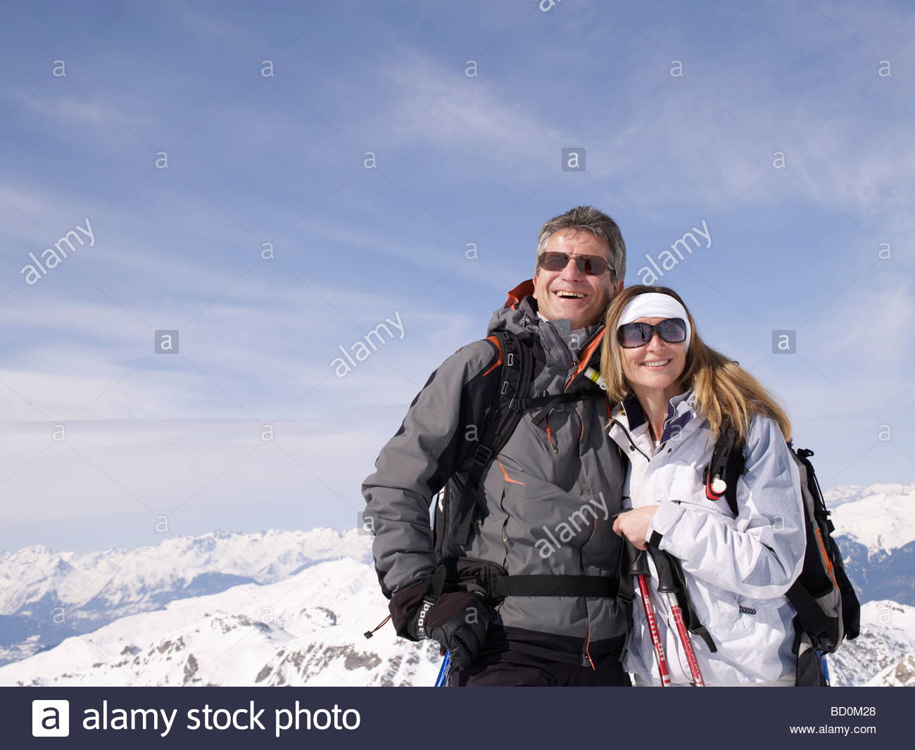 paar steht auf Berggipfel Stockbild