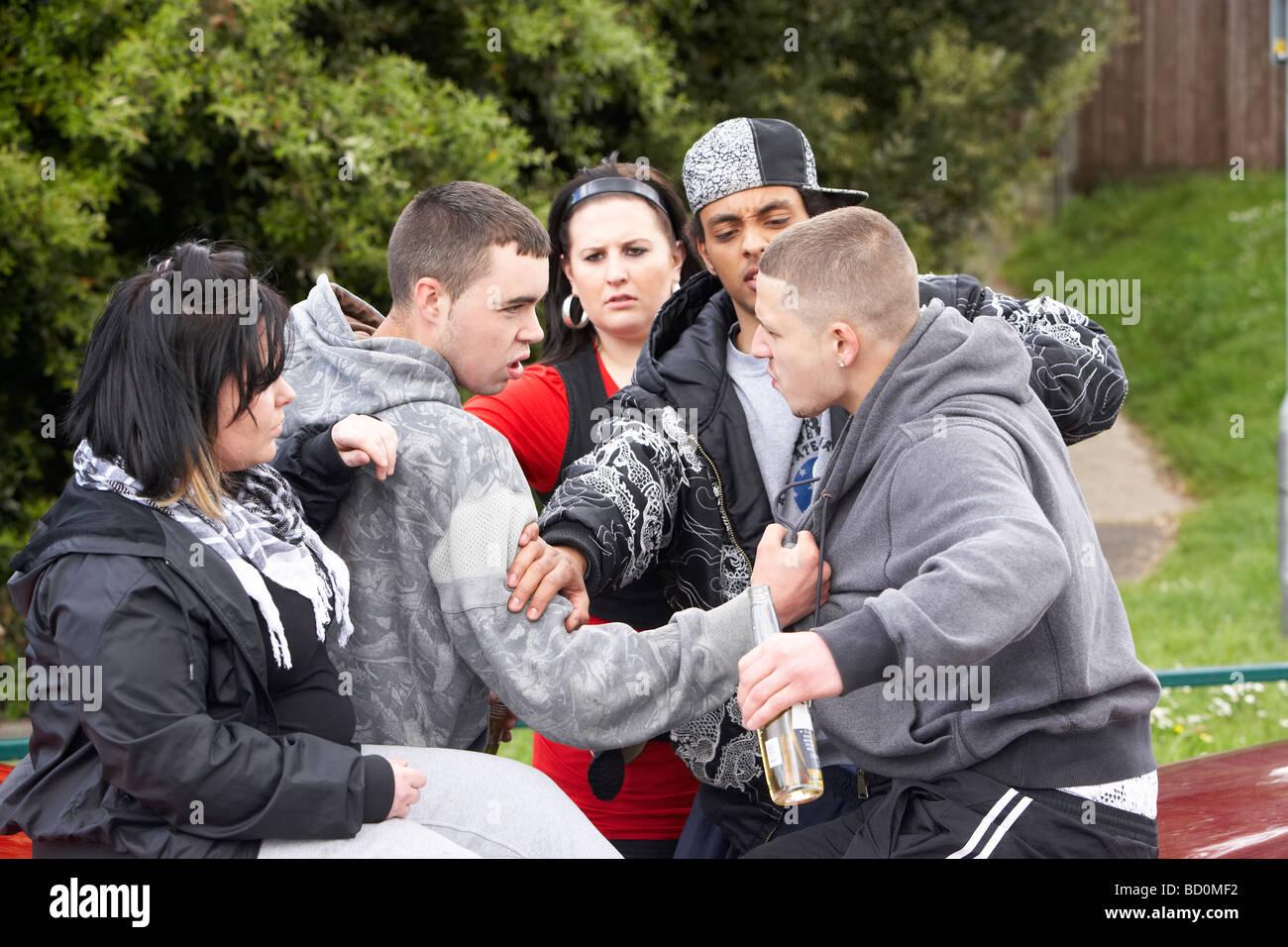 Bande von Jugendlichen kämpfen Stockfoto, Bild: 25216998 ...