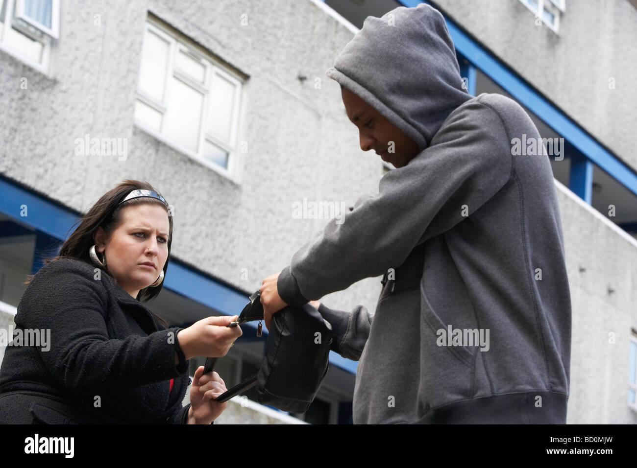 Mann-Überfall-Frau auf Straße Stockbild