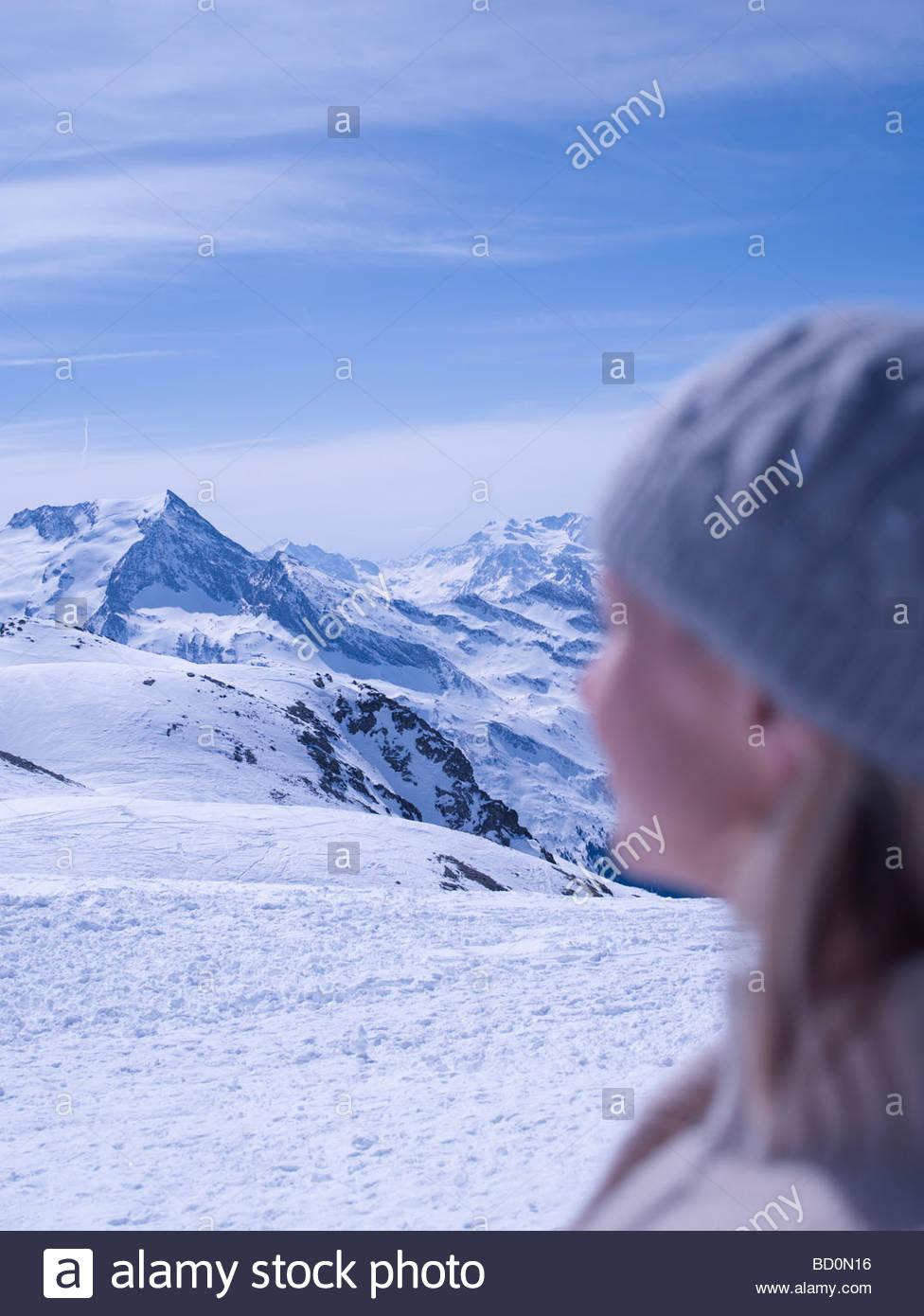 Entspannen Sie sich auf sonnige Berggipfel Frau Stockbild