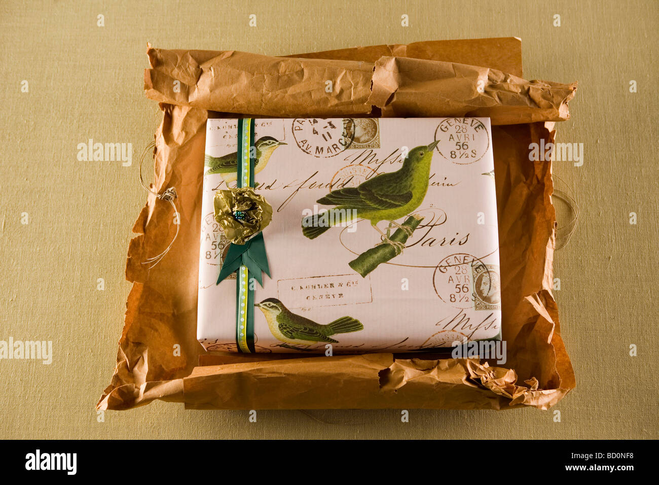 Paket mit Geschenk wird ausgepackt Stockbild