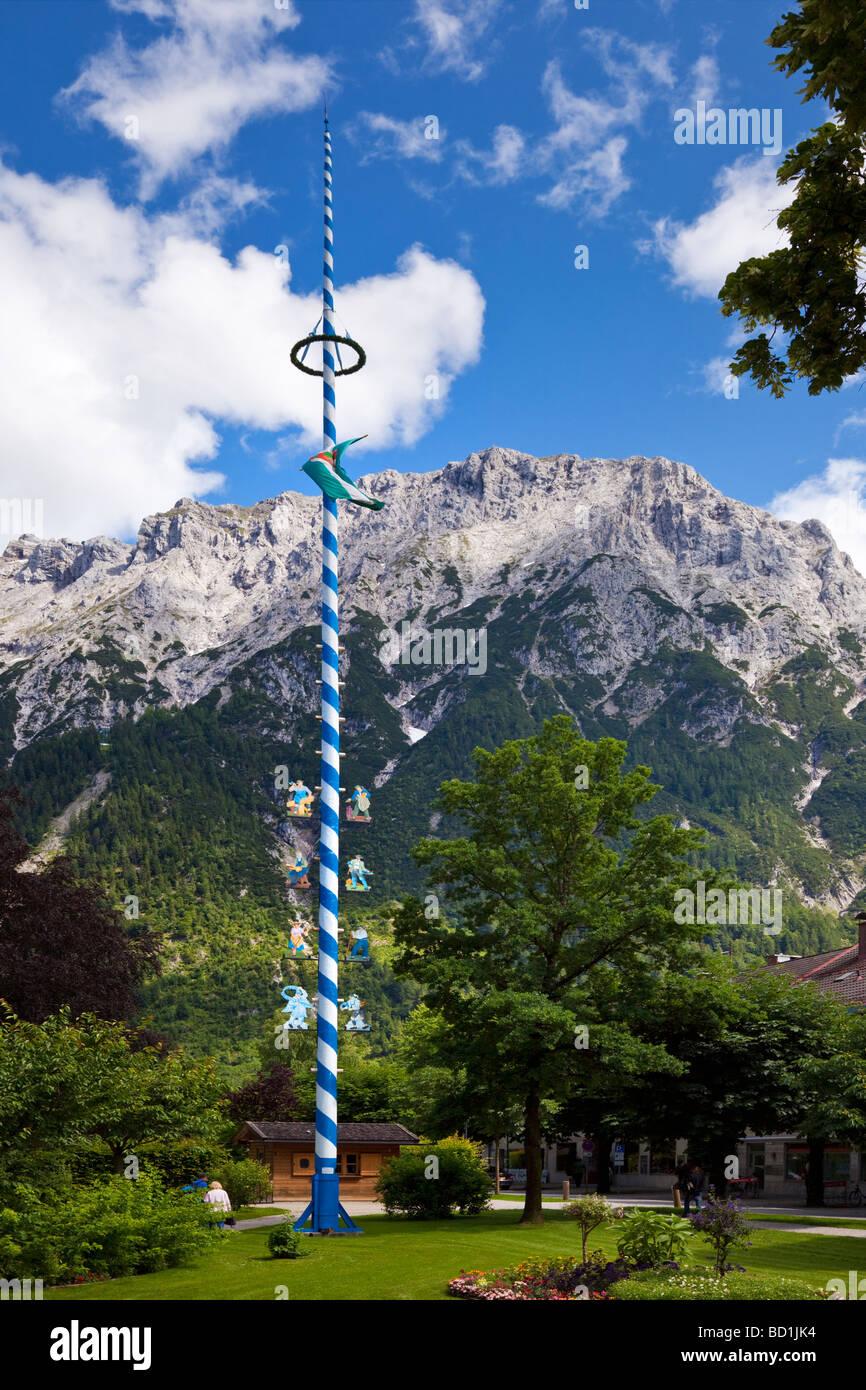 Ein traditionelles Maibaum mit Handel Symbole in Mittenwald, Bayern, Deutschland, Europa Stockbild