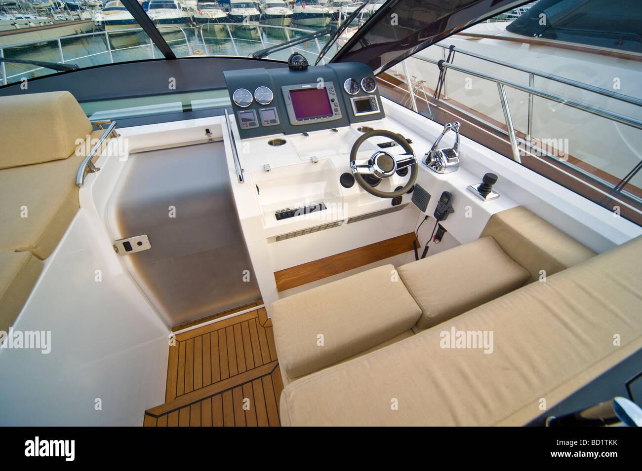 Spitze der eine Sealine SC 47 Motorboot zeigt zeitgenössische Yacht ...
