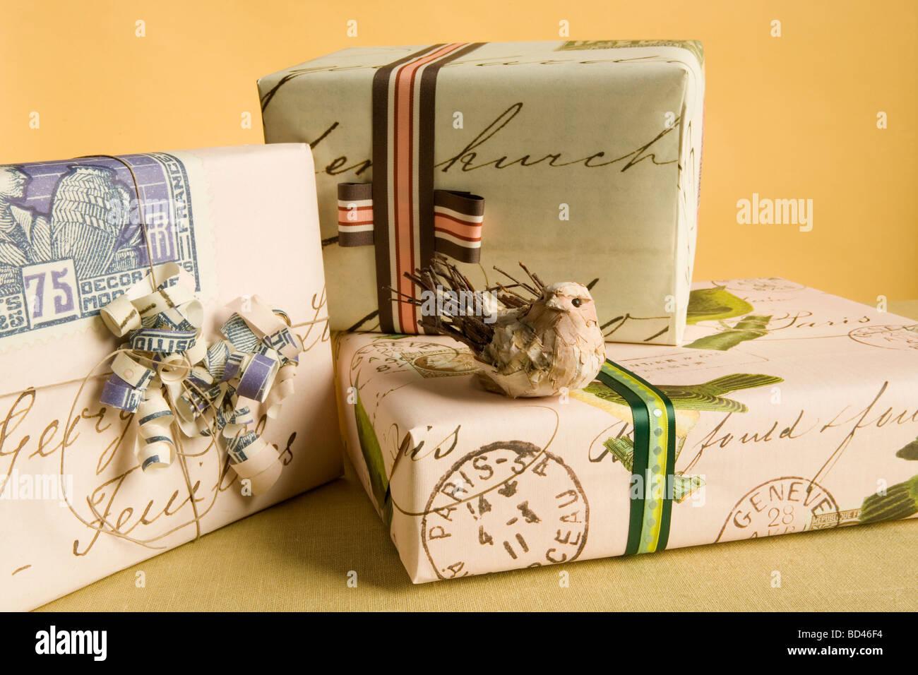 Geschenke stapeln sich auf einer party Stockfoto