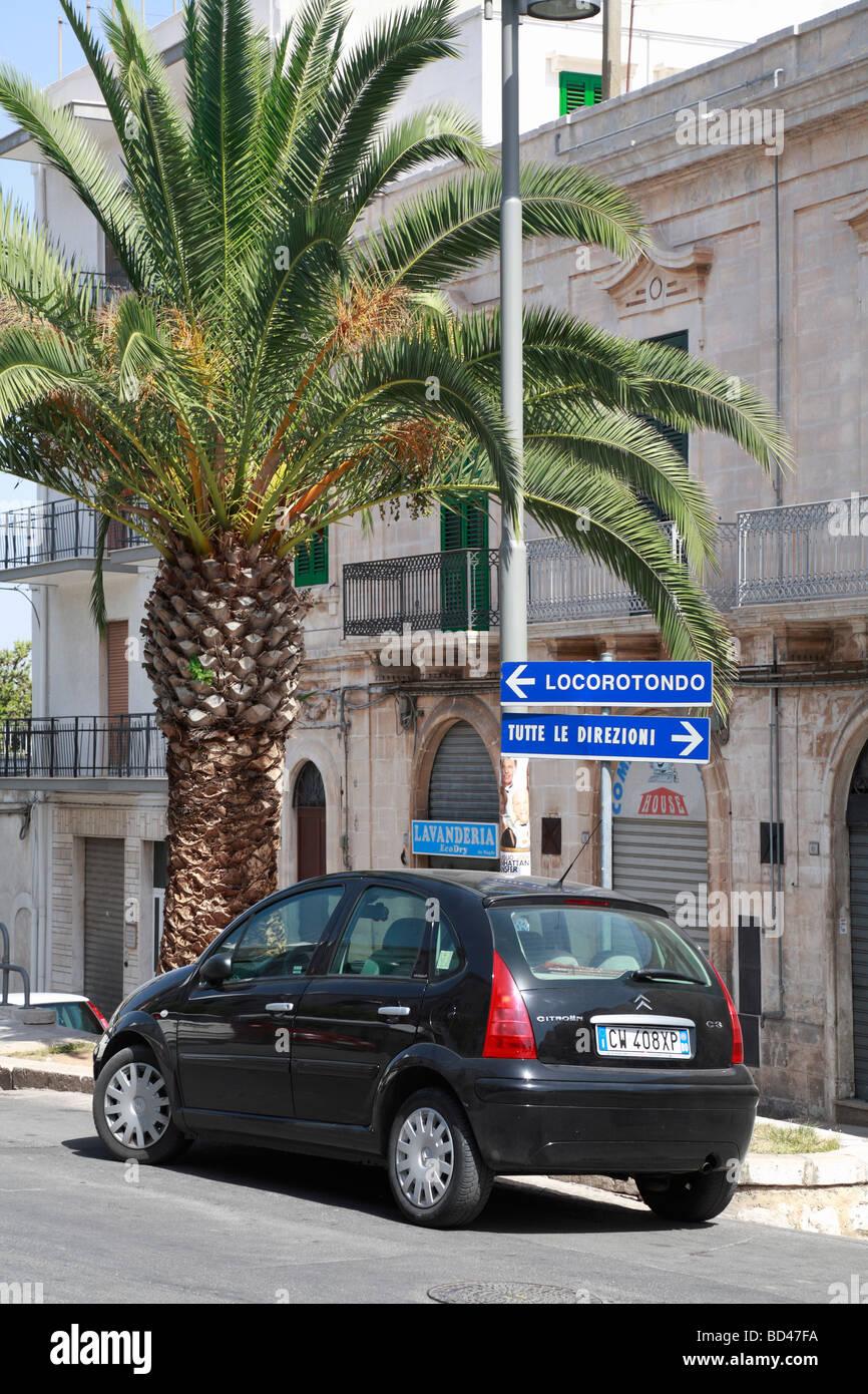 Auto auf der Straße Verkehrszeichen, Cisternino, Apulien, Italien geparkt. Stockbild
