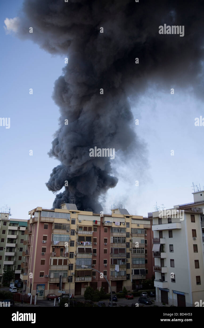 Schwarzer Rauch aus Gebäude Stockbild
