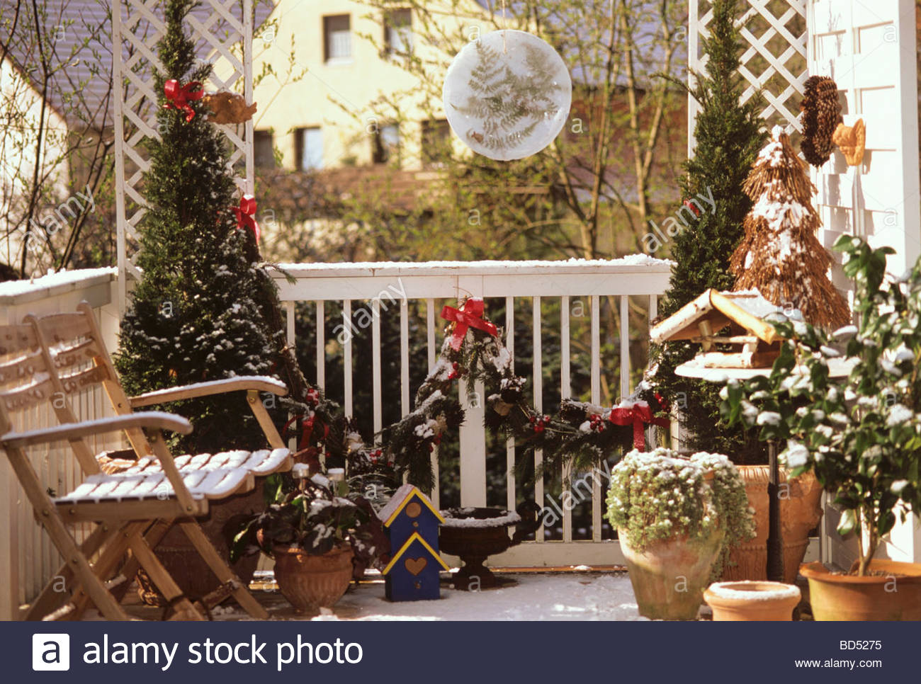 balcony decorated christmas stockfotos balcony decorated christmas bilder alamy. Black Bedroom Furniture Sets. Home Design Ideas