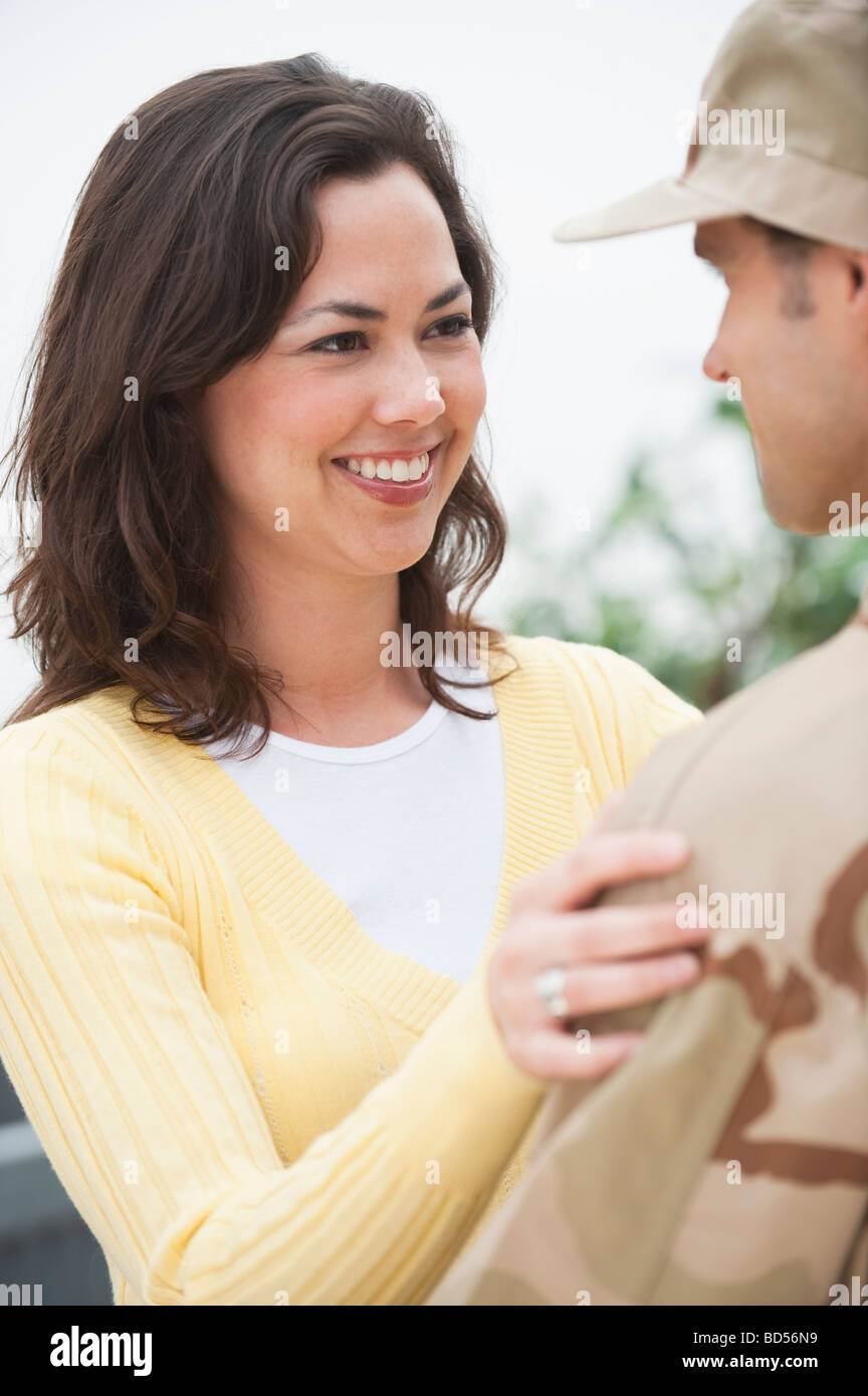 Eine Frau mit einem Offizier Stockbild