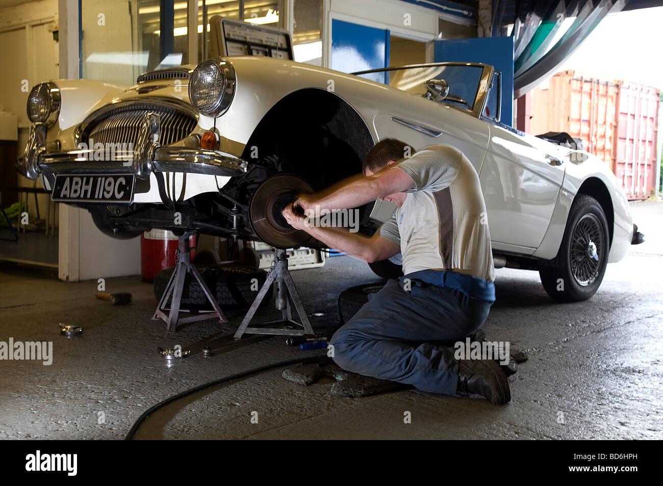 Mein Austin Healey 3000 MkII, neue Radlager an JME Stockbild