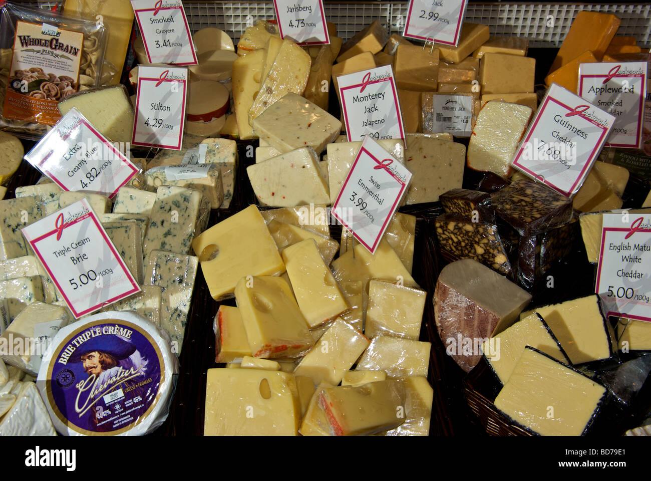 Feinkost nicht importiert Käsespezialitäten in offenen Edelstahl Vitrine Stockbild