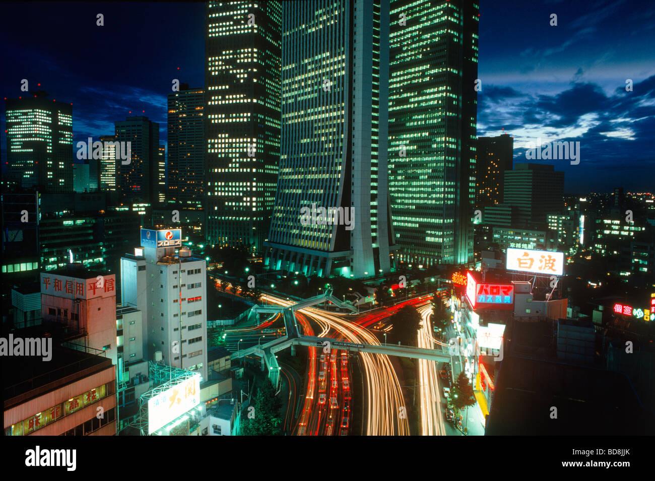 Tokio-Verkehr und Wolkenkratzer in der Nacht im Bezirk Shinjuku Stockbild
