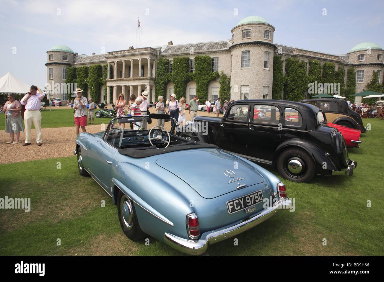Motor-Enthusiasten betrachten Sie klassische Oldtimer parkte vor Goodwood House, West Sussex, England, UK Stockbild