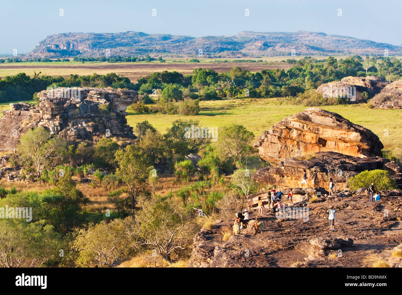 Touristen versammeln sich am Ubirr Rock um den Sonnenuntergang zu beobachten. Kakadu National Park Stockbild