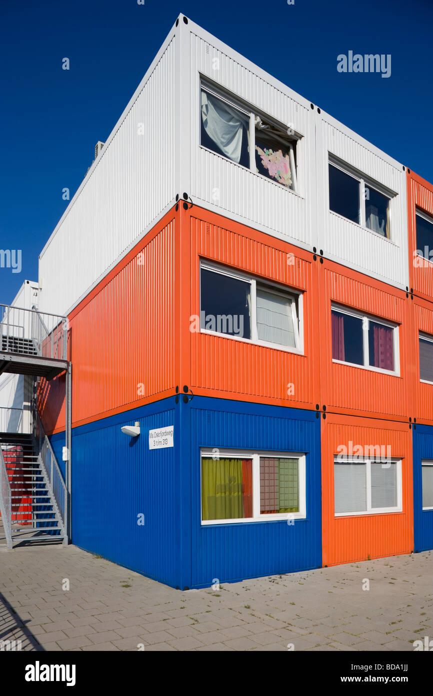 Bunte fertighaus sch ler wohnen in amsterdam noord mit for Fertighaus container modul