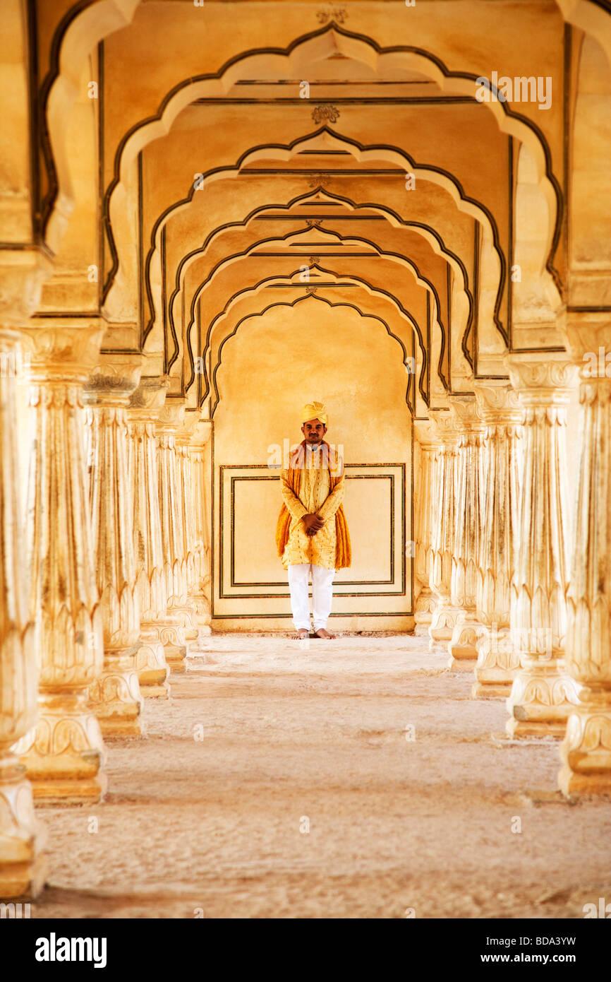 Mann steht in einem Fort Amber Fort, Jaipur, Rajasthan, Indien Stockbild