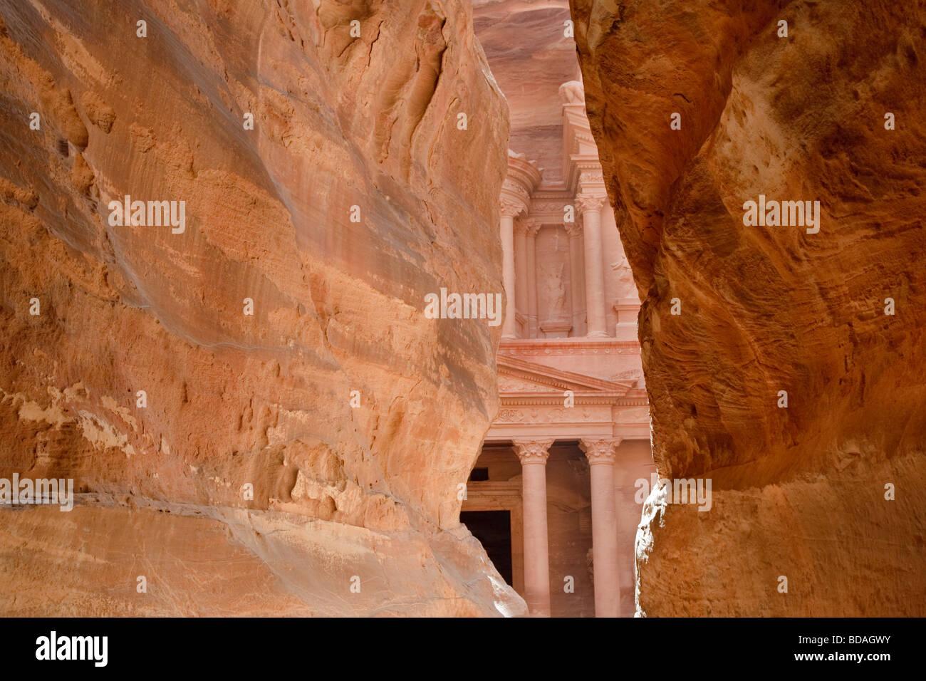 Die Schatzkammer betrachtet her, die die Siq, Petra, Jordanien Stockbild