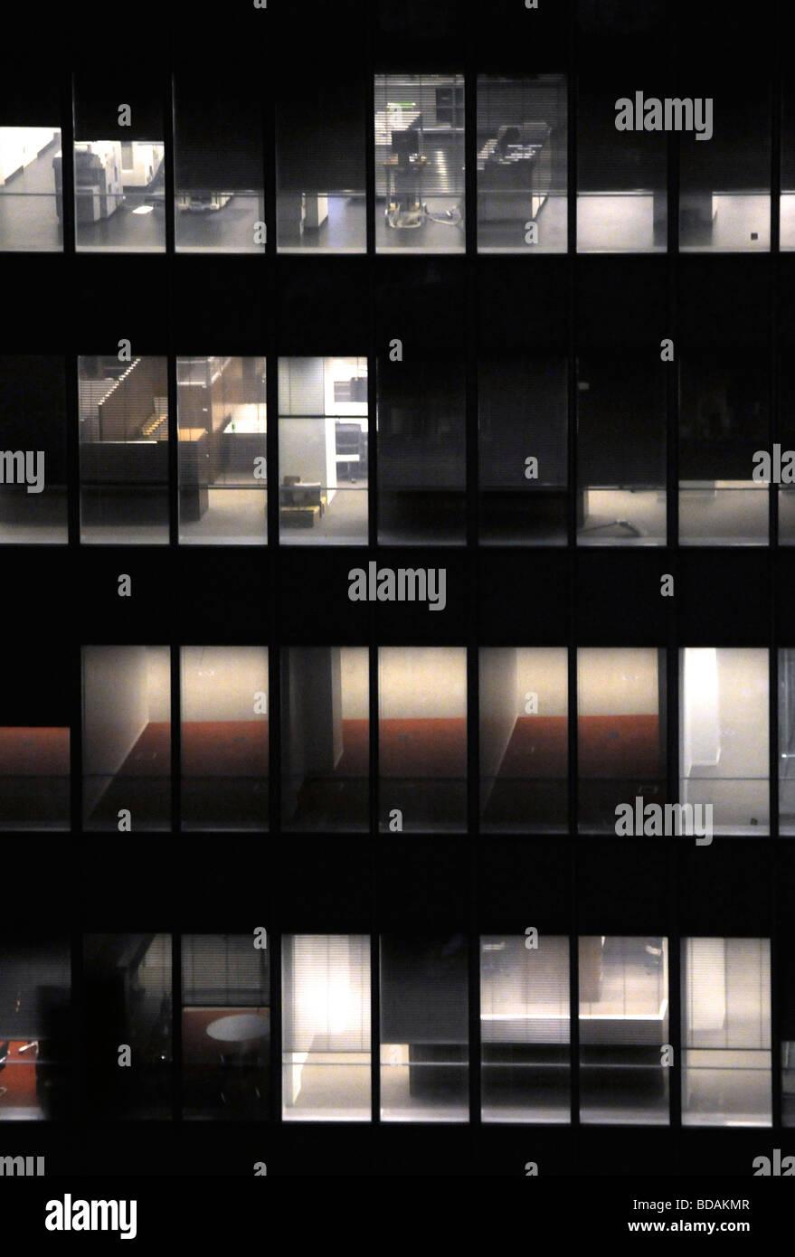 Außenaufnahme des Bürogebäudes in der Nacht mit dem Licht in verschiedenen Etagen Stockbild