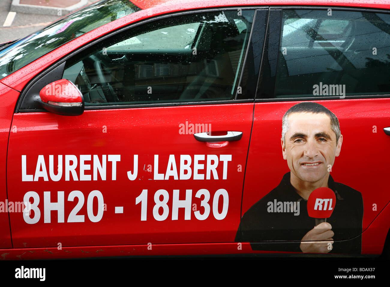 Tour de France 2009; ein Auto von einem französischen TV-Antenne-2 mit einem Bild von Laurent Jalabert (angestellt Stockbild