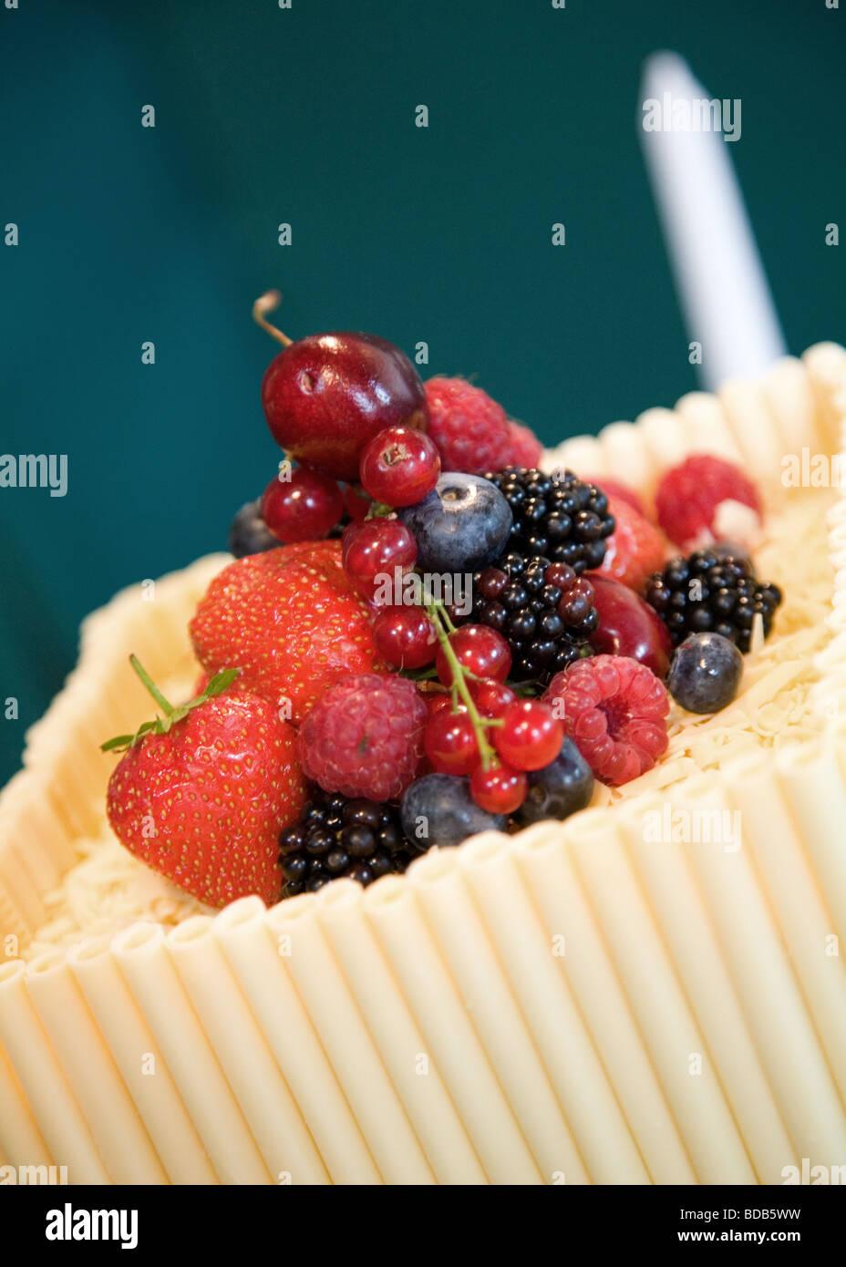 Frisches Obst Auf Eine Hochzeitstorte Gemacht Schokolade Rohren