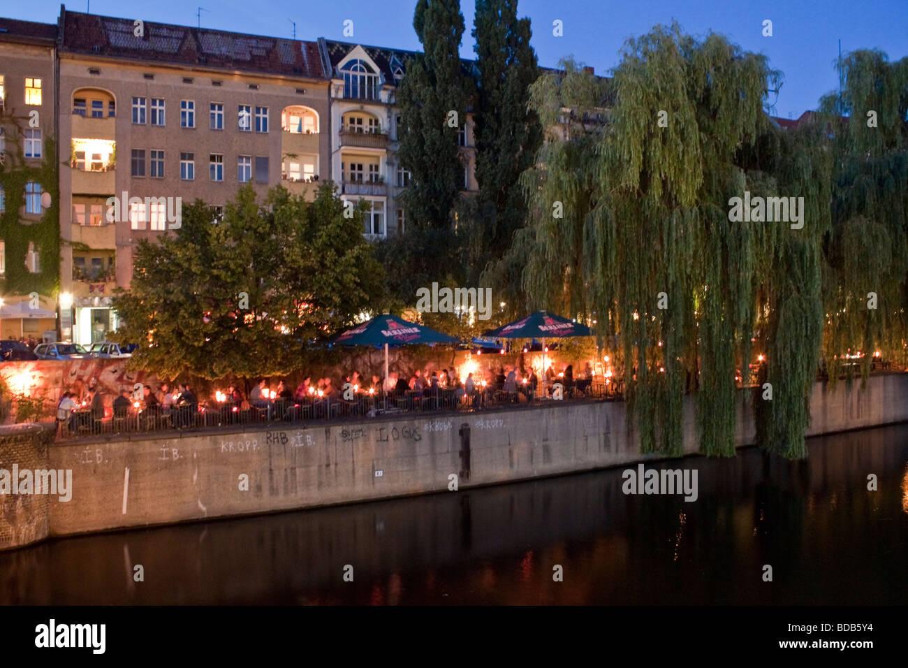 Cafe Uebersee bei Paul Lincke Ufer am Abend Landwehrkanal Kreuzberg Berlin Deutschland Stockbild