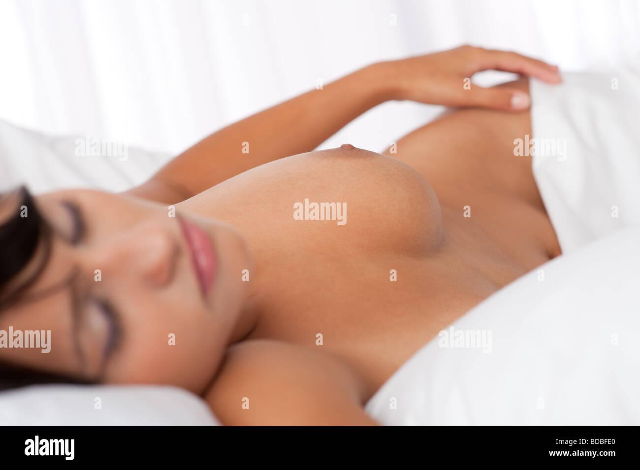 Weiße Schlafzimmer - braune Haare Frau schläft nackt im weißen Bett ...