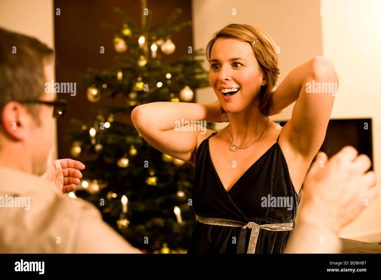 Weihnachtsgeschenke Für Mann Und Frau.Frau Bekommen Halskette Als Weihnachtsgeschenk Von Mann Stockfoto
