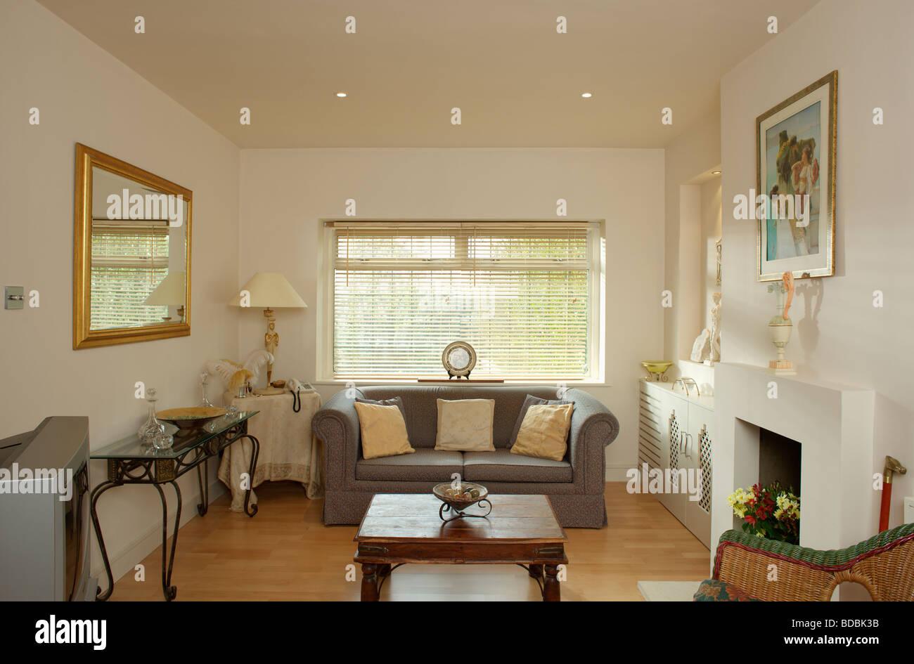Split Cane Blind Auf Fenster Oben Grau Sofa Im Modernen Creme Wohnzimmer