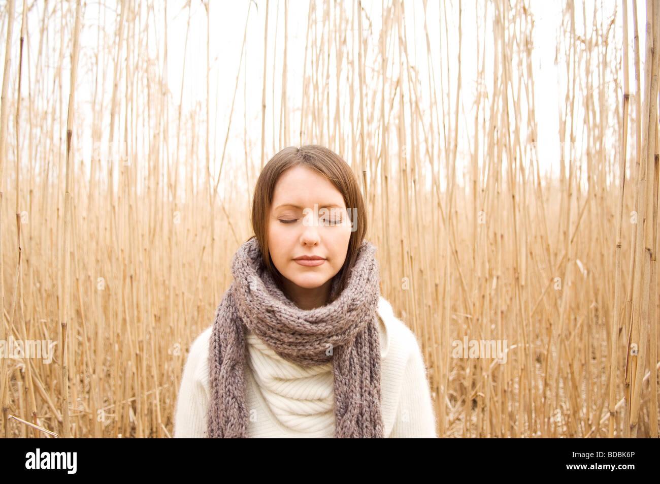 Porträt der jungen Frau im Herbst Stockfoto