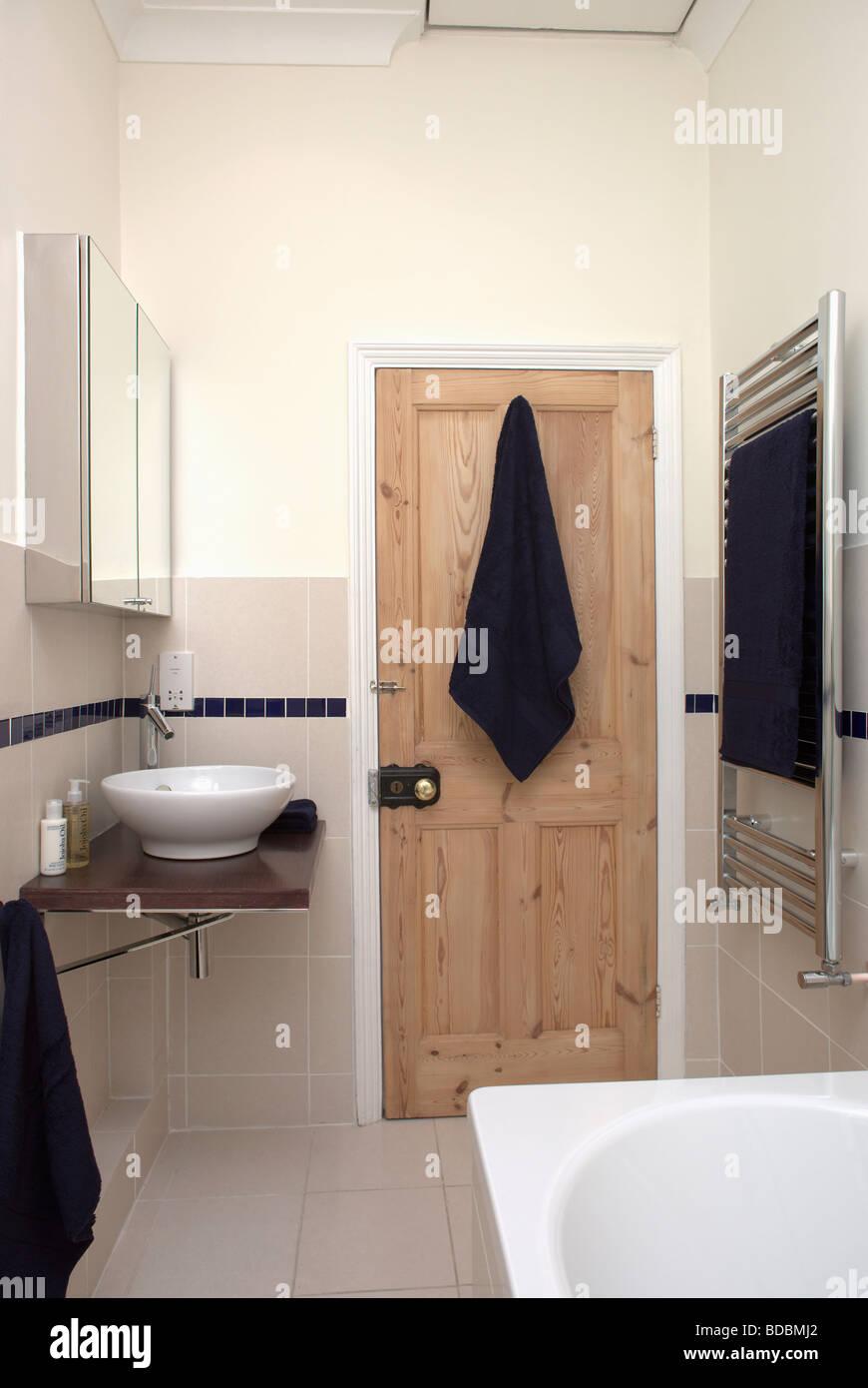 Abgestreift Kiefer Tur Im Modernen Badezimmer Mit Beige Wandfliesen