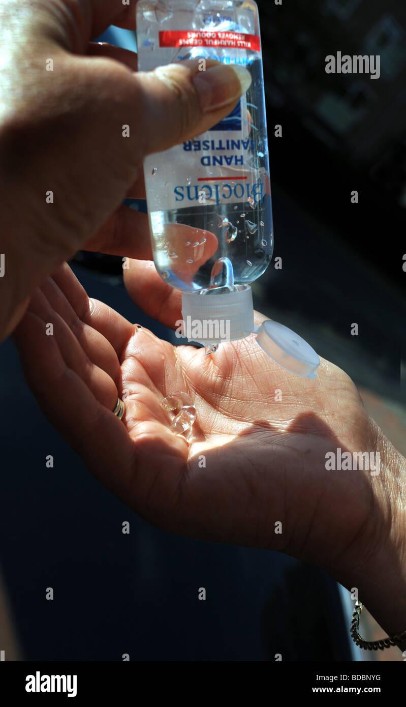 Frau Bioclens Hand Desinfektionsmittel Gel auf Händen auspressen, um mögliche Vireninfektion vor allem Stockbild