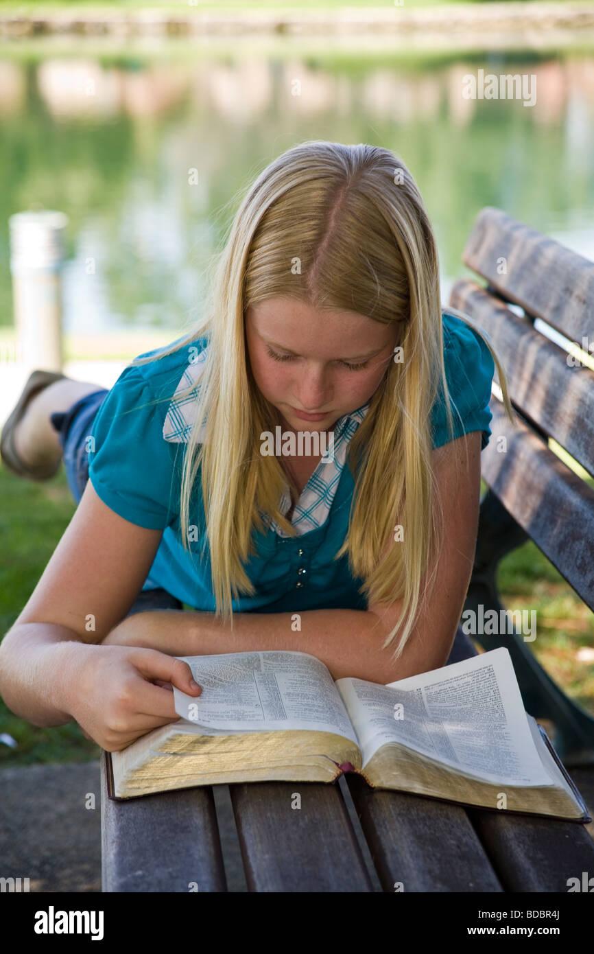 11 12 13 Jährige jährigen Kaukasischen Junior high Mädchen das Lesen ...