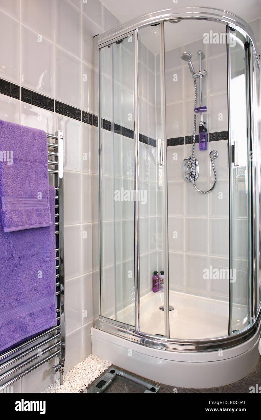 Eck Dusche Schrank Mit Glastüren In Modernen Grau Geflieste Badezimmer Mit  Lila Handtuch Auf Beheizten Chrom Handtuchhalter