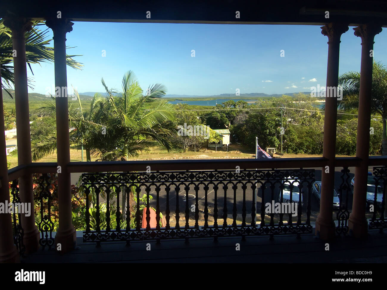 blick ber die m ndung des flusses endeavour vom balkon des james cook historical museum. Black Bedroom Furniture Sets. Home Design Ideas