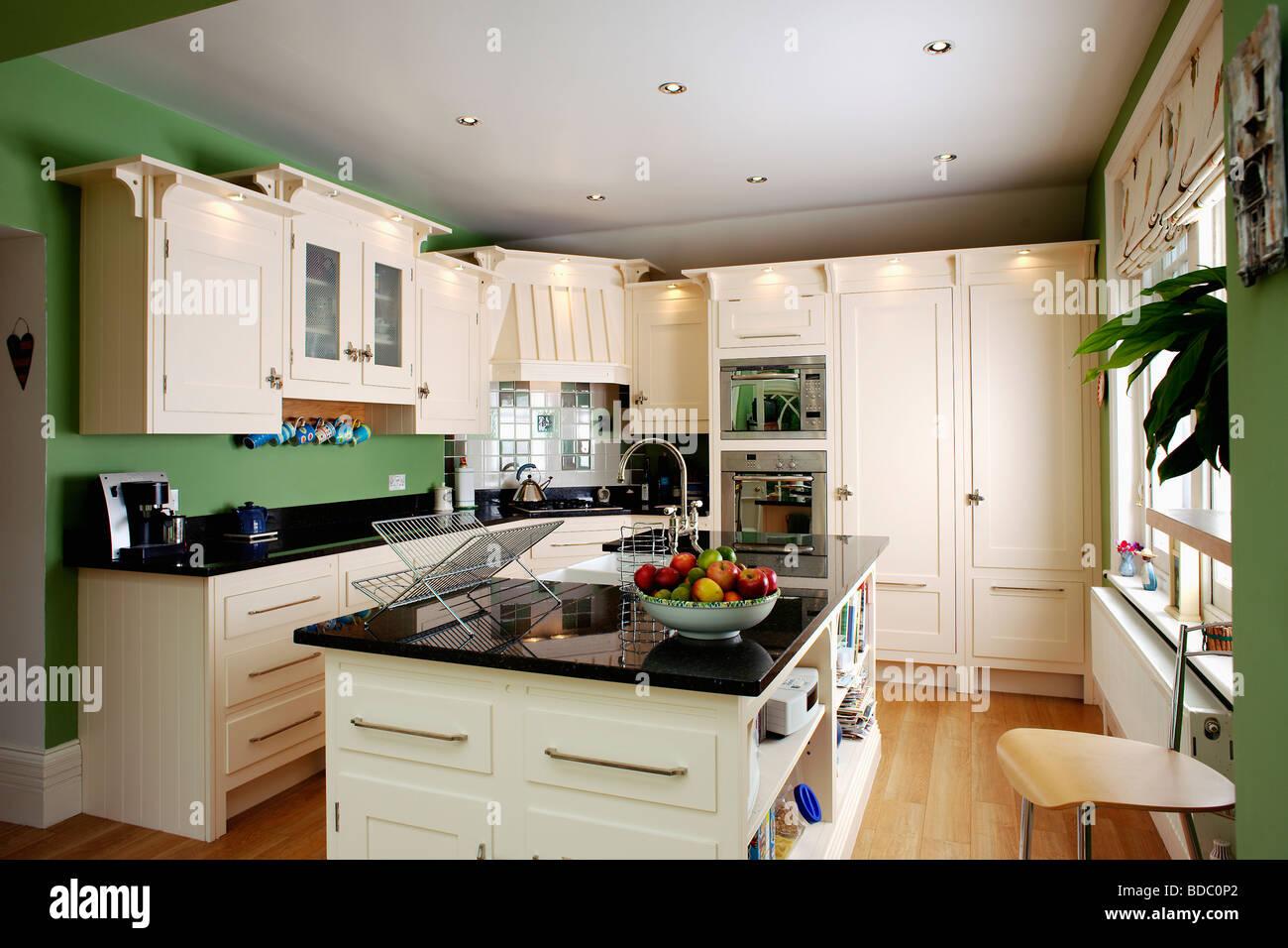 Interiors Traditional Green Kitchens Stockfotos & Interiors ...