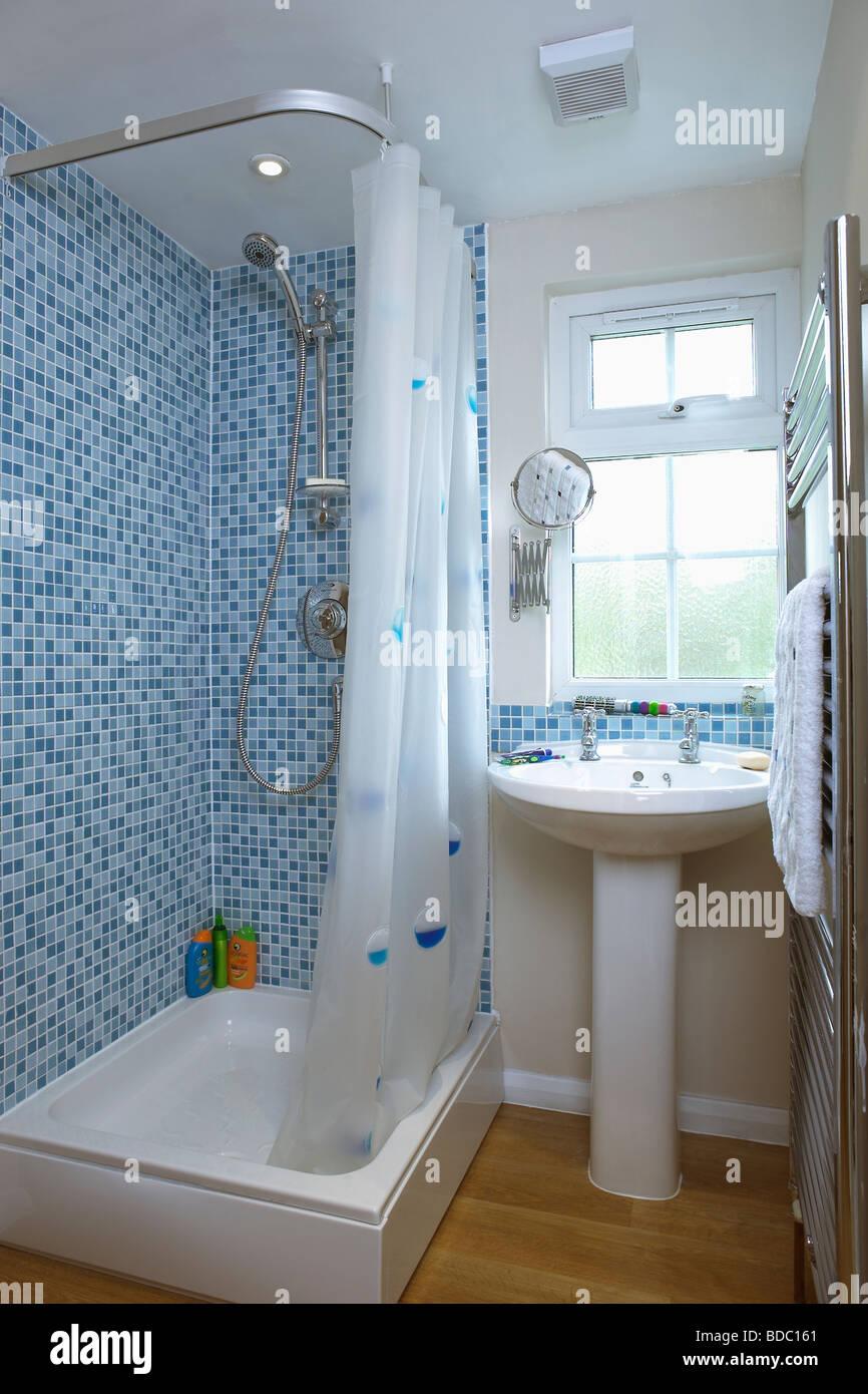 Blaue Mosaik Wandfliesen über Badewanne Mit Weißer Duschvorhang Im  Badezimmer Mit Weißen Sockel Becken Unter Fenster
