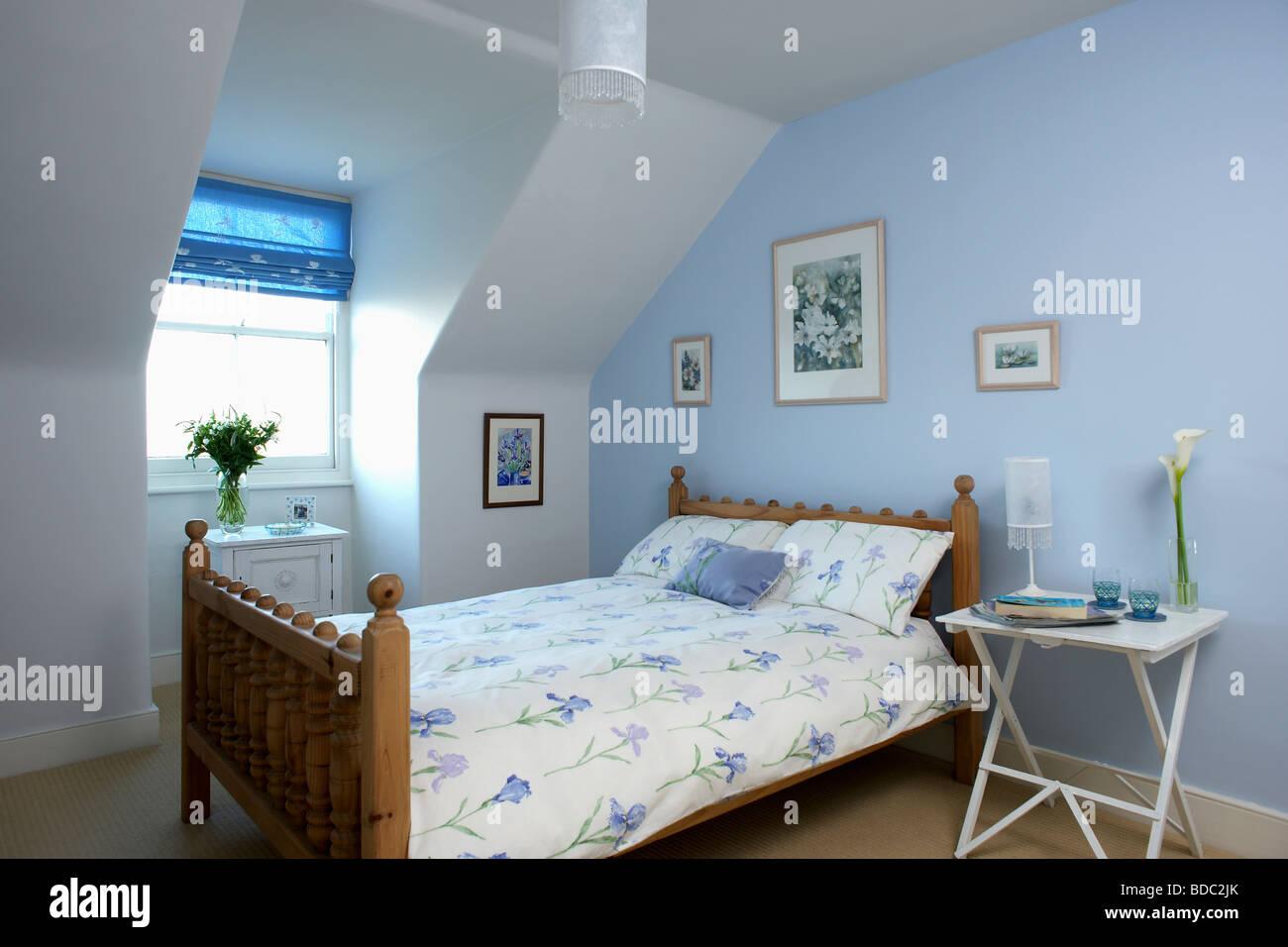 bett mit tisch best mit bett tisch lampe und blumen. Black Bedroom Furniture Sets. Home Design Ideas