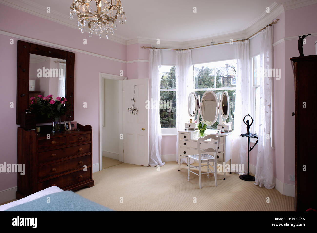 Cremefarbene Teppich in Pastell rosa Schlafzimmer mit weißen ...