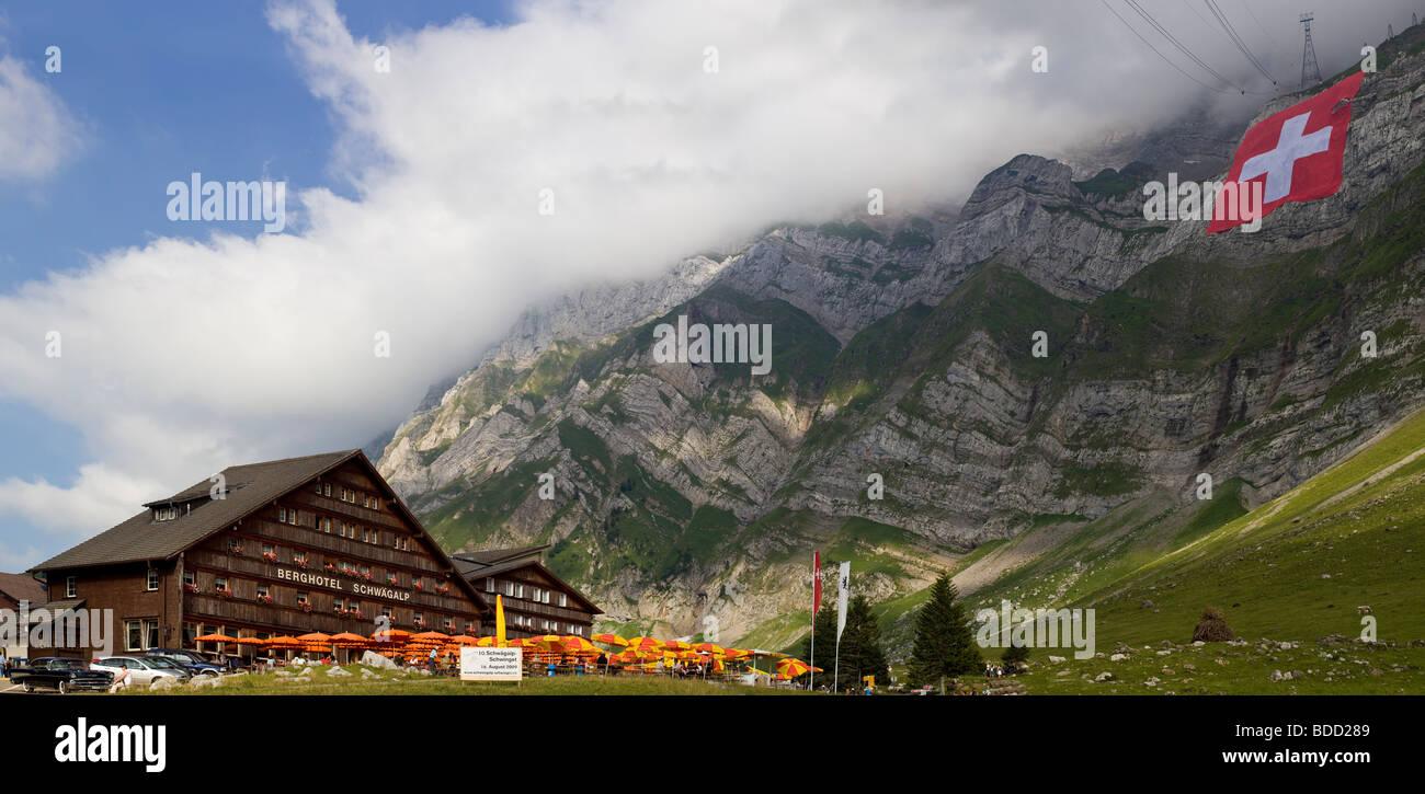 Panoramablick über das Hotelrestaurant Schwägalp und Säntis-Nordwand mit der größten Schweizer Stockbild