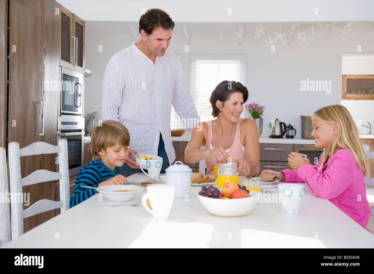 familie fr hst cken am esstisch stockfoto bild 25489892 alamy. Black Bedroom Furniture Sets. Home Design Ideas