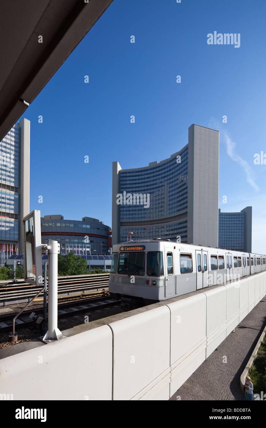 U-Bahn-Zug Ankunft am Bahnhof für Vienna International Centre (VIC), UNO-City, Österreich Stockbild