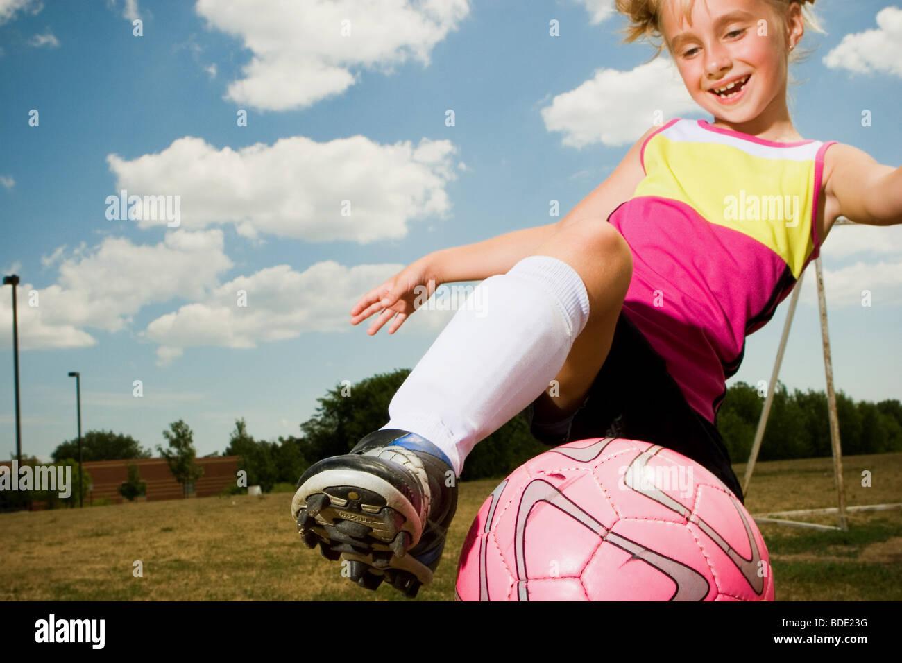 Mädchen Fußball spielen. Stockbild
