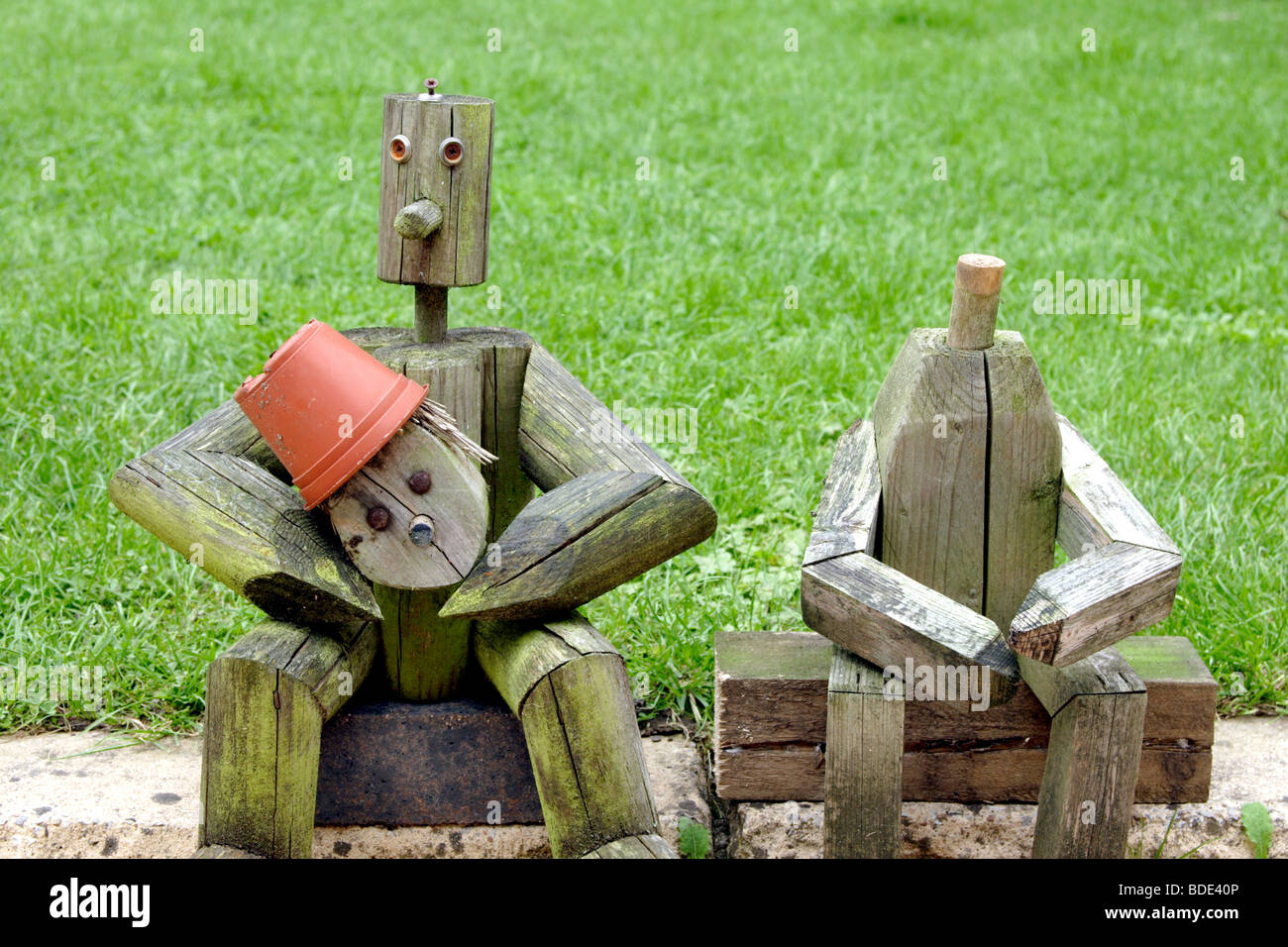 Holzfiguren sitzen in der n he von garten rasen england uk for Holzfiguren garten
