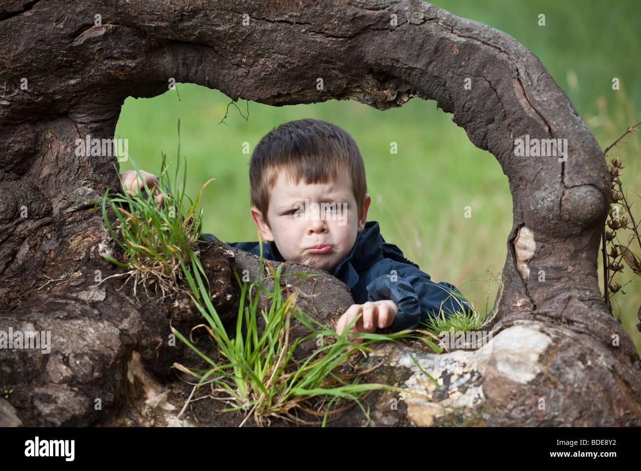 Ausdrücke, die auf eine junge vier Jahre alten jungen Gesicht... glücklich Stockfoto