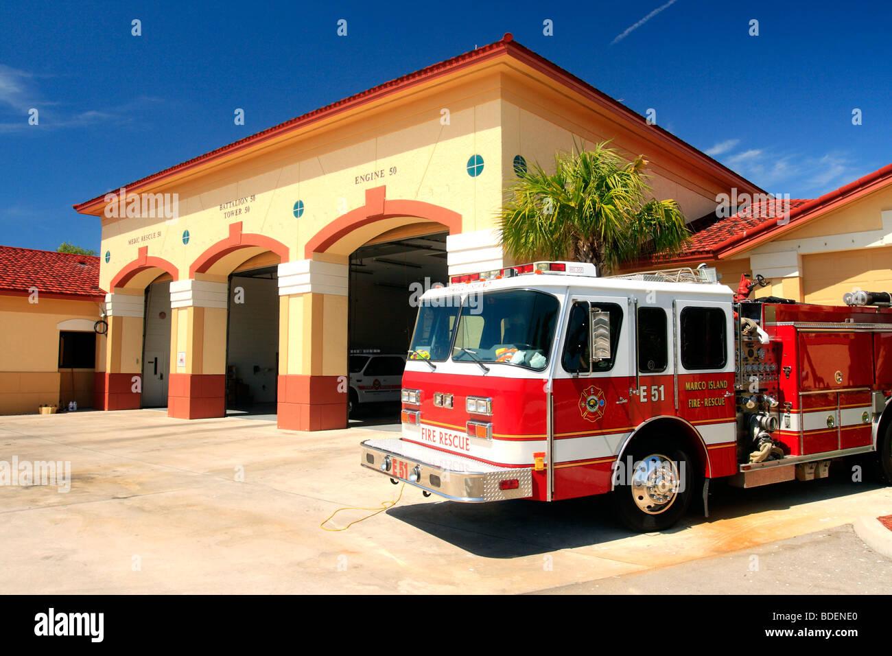 Marco Island Florida USA Feuerwehr zeigt ein Feuer LKW außen und bunten Gebäuden Stockbild